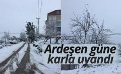 Ardeşen güne kar yağışıyla uyandı.
