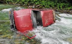 Çamlıhemşin'de kamyonetin dereye düşmesi sonucu 2 kişi yaralandı